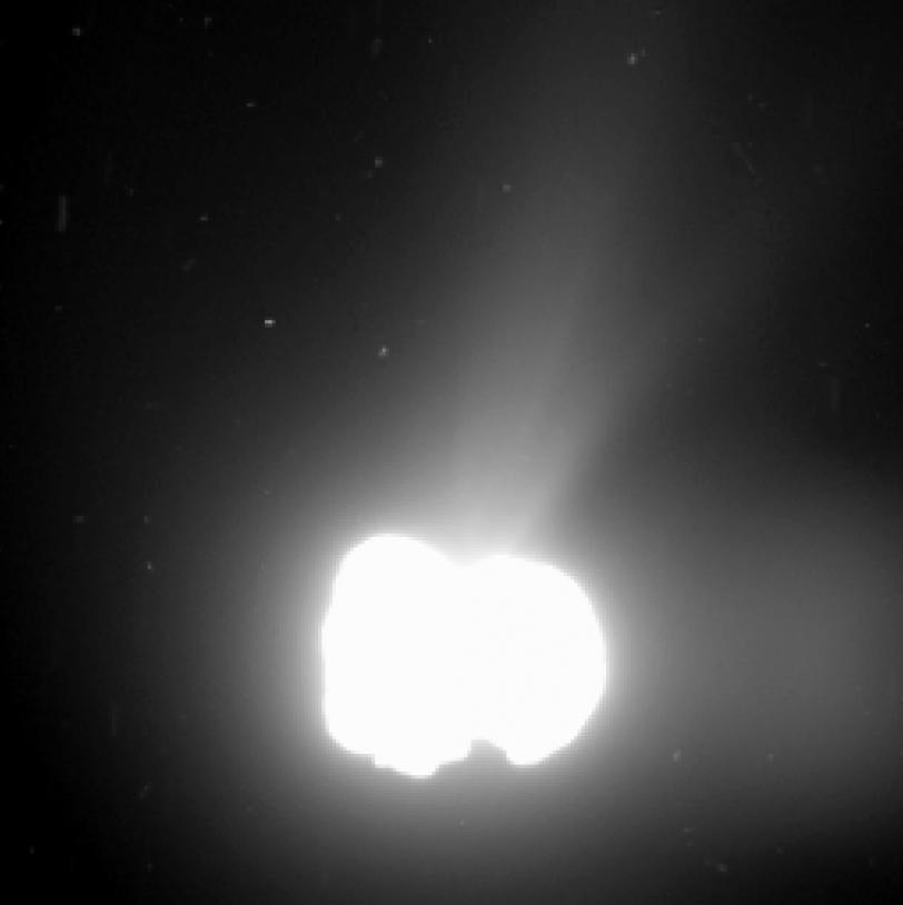 Une image prise en longue pose (330 secondes) par la caméra OSIRIS-WAc à 550 km du noyau montre l'activité de celui-ci.