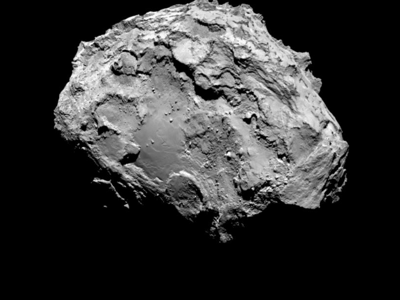 Le noyau de 67P imagé par la caméra OSIRIS-NAC le 3 août 2014 à 285 km de distance ; la résolution est de 5,3 m/pixel.