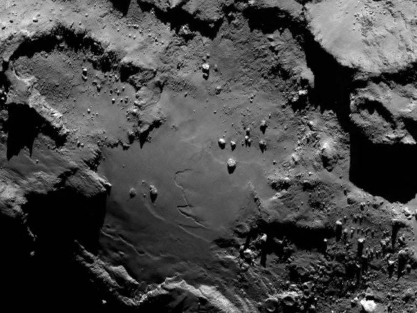 Le noyau de 67P imagé par la caméra OSIRIS-NAC* le 6 août 2014 à 130 km de distance ; la résolution est de 2,4 m/pixel. Crédits : ESA/Rosetta/MPS for OSIRIS Team  MPS/UPD/LAM/IAA/SSO/INTA/UPM/DASP/IDA.