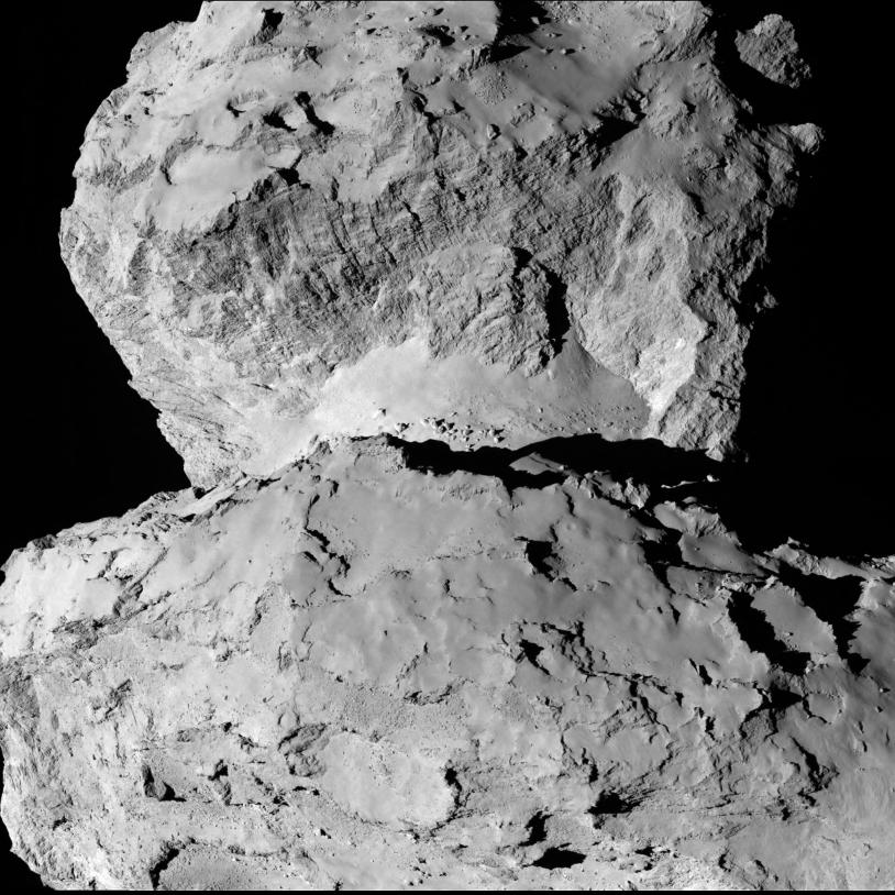 Le noyau photographié par la caméra OSIRIS-NAC de Rosetta, le 7 août 2014 à 104 km de distance ; temps de pose : 138 millisecondes.