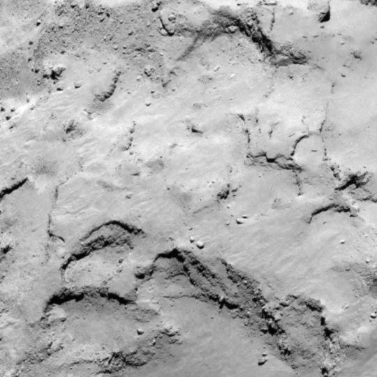 La zone J est située sur le petit lobe du noyau de 67P. Crédits : ESA/Rosetta/MPS for OSIRIS Team MPS/UPD/LAM/IAA/SSO/INTA/UPM/DASP/IDA.