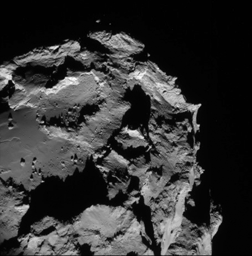 Image d'une portion du noyau de 67P vu par la caméra de navigation de Rosetta le 23 août 2014 à une distance de 61 km.