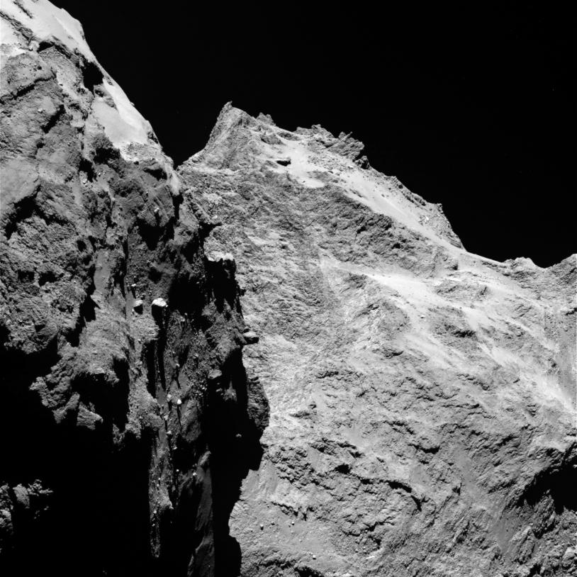 Des reliefs spectaculaires sont visibles sur cette image prise le 5 septembre 2014, par la caméra OSIRIS-NAC, à 62 km du noyau de 67P ; la résolution est de 1,1 m par pixel. Crédits : ESA/Rosetta/MPS for OSIRIS Team MPS/UPD/LAM/IAA/SSO/INTA/UPM/DA...