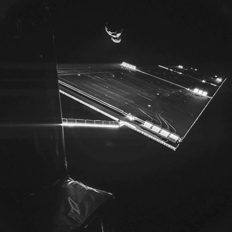 Rosetta et le noyau bilobé de 67P sont visibles sur ce selfie, réalisé le 7 septembre 2014, avec l'une des caméras CIVA-P installées sur Philae. Crédits : CIVA/Philae/ESA Rosetta.