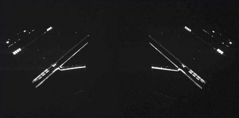 Les panneaux solaires de Rosetta photographiés par 2 des caméras de l'instrument CIVA de Philae, le 14 avril 2014. Crédits : CIVA/Philae/ESA Rosetta.