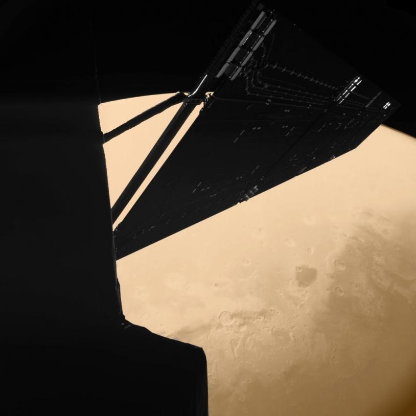 Une portion de Rosetta se détache devant le globe martien lors du passage de la sonde à près de 1 000 km de la planète le 25 février 2007. Crédits : CIVA/Philae/ESA Rosetta.
