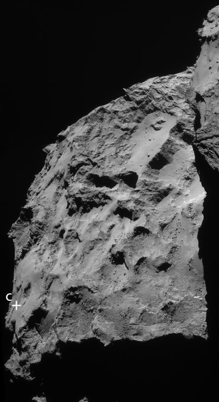 Portion de l'image montrant le grand lobe et la région du site C ; 14/09/2014, 30 km de distance, résolution de 2,5 m/pixel environ. Le bord du petit lobe et son ombre sont visibles sur la droite. Crédits : ESA/Rosetta/NavCam.