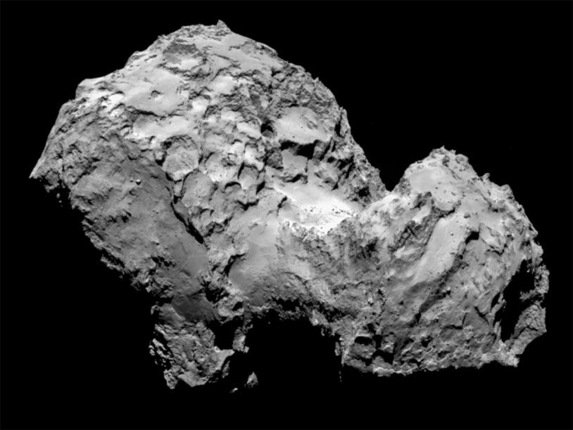 Le noyau de 67P imagé par la caméra OSIRIS-NAC le 3 août 2014 à 285 km de distance ; la résolution est de 5,3 m par pixel. Crédits : ESA/Rosetta/MPS for OSIRIS Team  MPS/UPD/LAM/IAA/SSO/INTA/UPM/DASP/IDA.