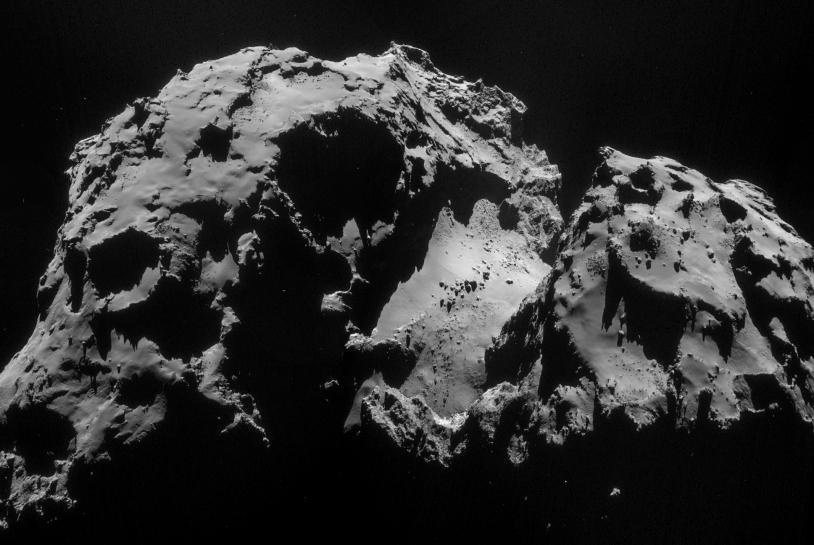 Mosaïque de 4 images prises le 24 septembre par la caméra de navigation de Rosetta à 28,5 km (résolution 2,5 m/pixel environ). Crédits : ESA/Rosetta/NavCam.