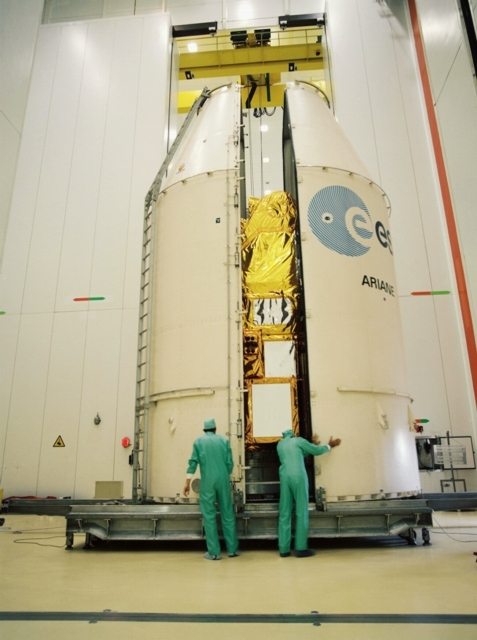 Closing the fairing. Credits: CNES/CSG Service optique