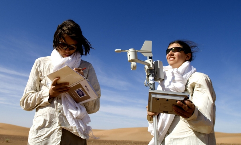 Mise en oeuvre du protocole élaboré par le CNES lors de l'expédition Voyageurs des Sables. Crédits : SLO, 2007-photo M.Pedoussaut