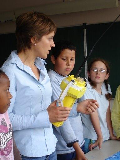 Véronique avec les enfants de l'ecole Maurice Genevoix, à Evry.