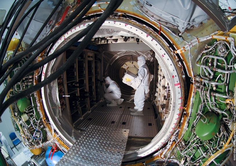 Remplissage du cargo. Crédits : ESA/CNES/Arianespace