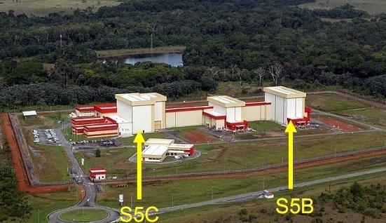 Les satellites sont intégrés dans le bâtiment S5C, leur remplissage a lieu dans le bâtiment S5B de l'EPCU. Crédits : ESA/CNES/Arianespace/Service optique du CSG