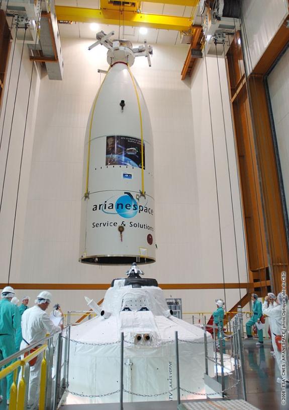Mise en place de la coiffe au sommet du lanceur le 25 février dernier. Crédits : ESA/CNES/Arianespace/Service optique du CSG