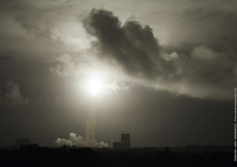 Décollage d'Ariane 5. Crédits : ESA/CNES/Arianespace, Photo activité optique vidéo CSG