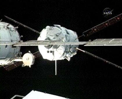 L'ATV s'est approché à seulement 11m de l'ISS. Crédits : NASA.