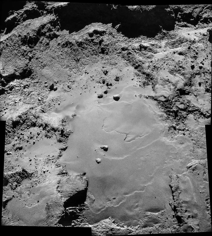 Assemblage de 4 images de la NavCam prises le 26 octobre à 9,8 km du centre du noyau de 67P. La résolution est de 66 cm/pixel environ et la mosaïque couvre 1 200 x 1 350 m environ. Crédits : ESA/Rosetta/NavCam.