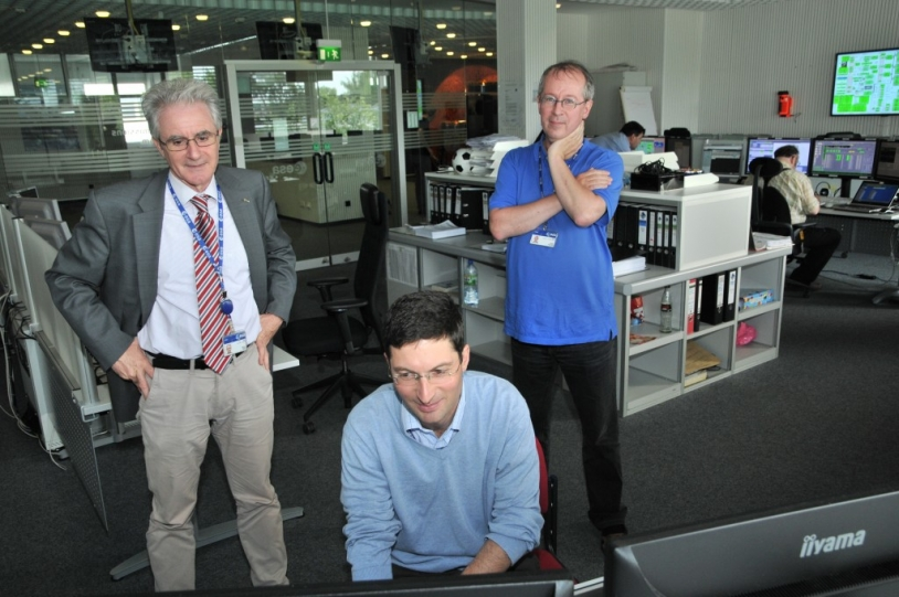 De gauche à droite, Paolo Ferri, Sylvain Lodiot et Fred Jansen sont visibles sur cette image de la salle de contrôle de Rosetta à l'ESOC. Crédits : ESA.