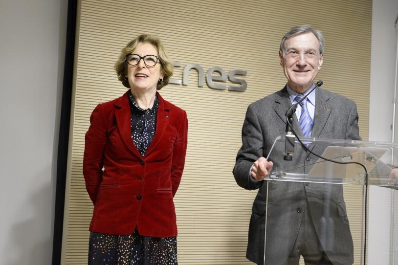 Geneviève Fioraso, ministre de l'Enseignement supérieur et de la Recherche et Yannick d'Escatha, président du CNES. Crédits : CNES/ F. Dunouau.
