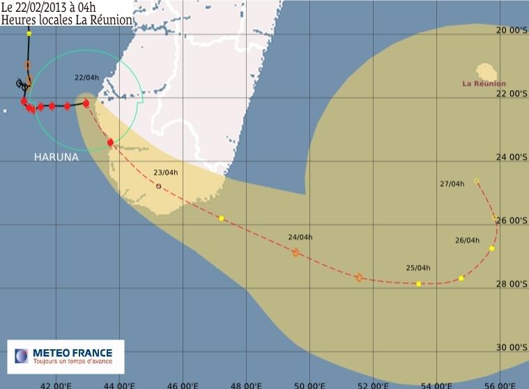 Prévisions de la trajectoire du cyclone Haruna, le 22 février, depuis le sud de Madagascar jusqu'à l'île de La Réunion. Crédits : Météo France.