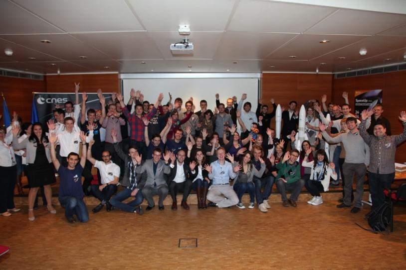 Photo de famille des participants au Kick-off Ariane 6 du 1er SpaceUp Paris à la Direction des lanceurs du CNES, à Paris. Crédits : CNES.