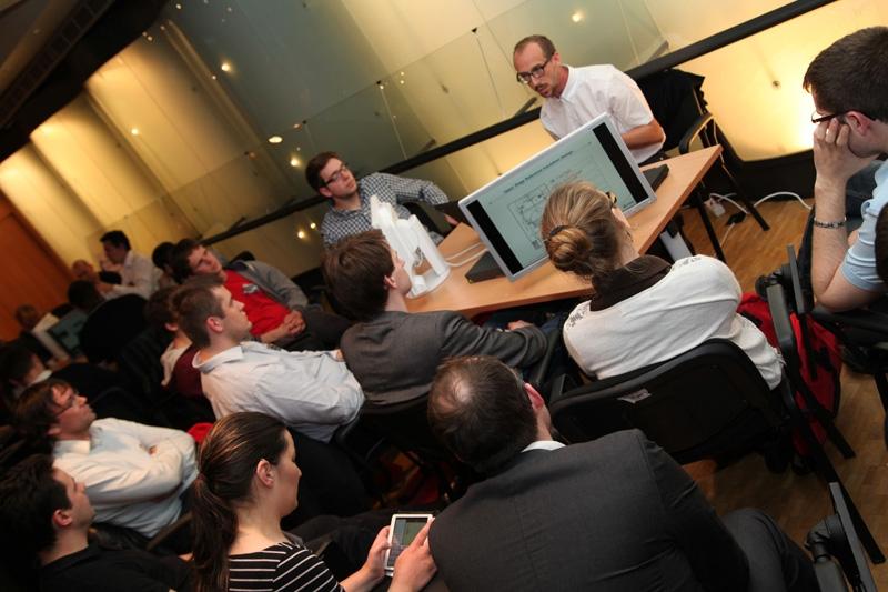 Les participants du Kick-off Ariane 6 se sont repartis entre les 5 ilôts d'information installés dans la salle de conférence de la Direction des lanceurs du CNES, à Paris. Crédits : CNES.
