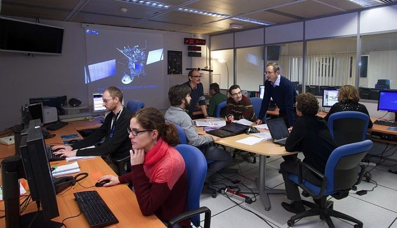 Philippe Gaudon et son équipe au SONC, un des 4 centres de mission de Rosetta, installé au CNES de Toulouse. Crédits : CNES/E. Grimault.