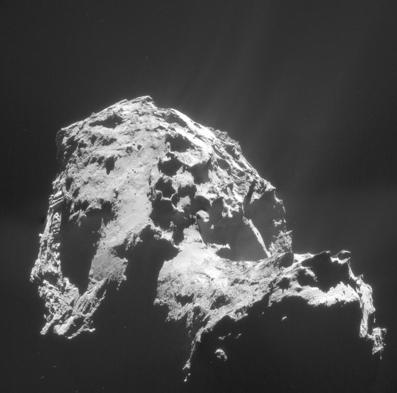 Mosaïque de 4 images de la NavCam de Rosetta prises le 1er janvier 2015 à près de 28,4 km du centre du noyau (2,4 m/pixel). Le petit lobe est en bas à droite ; la zone où dort Philae est dans la nuit. Crédits : ESA/Rosetta/NAVCAM – CC BY-SA IG...
