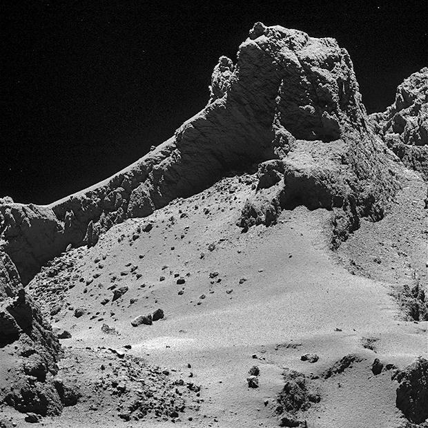 Ce gros plan sur une portion du petit lobe du noyau de 67P a été pris par la caméra OSIRIS-NAC de Rosetta le 14 octobre 2014 à l'altitude de 8 km ; résolution 15 cm/pixel. Crédits : ESA/Rosetta/MPS for OSIRIS Team MPS/UPD/LAM/IAA/SSO/INTA/UPM/...