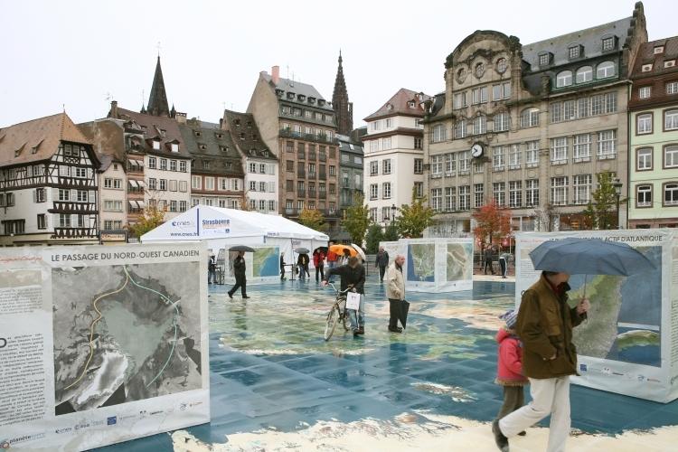 Le planisphère géant place Kléber à Strasbourg. Crédits : CNES/C. Urbain.