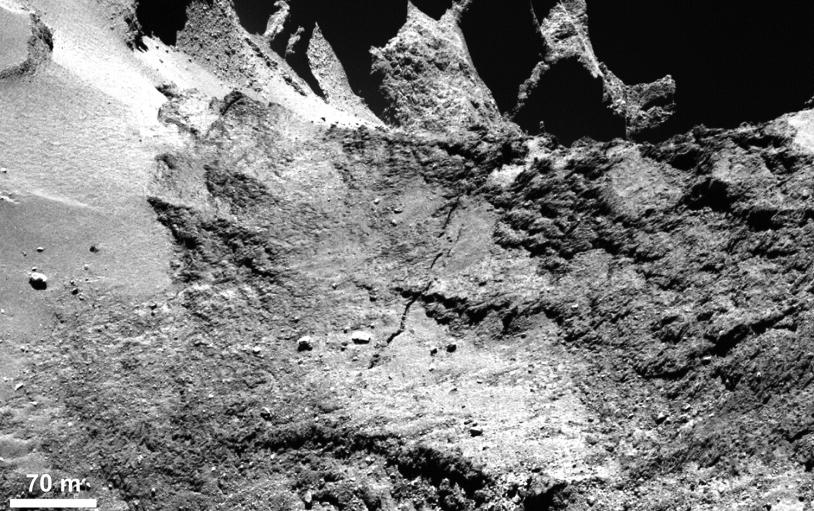Une longue faille s'étend sur près de 500 m dans la région du cou (Hapi, Anuket). Crédits : ESA/Rosetta/MPS for OSIRIS Team MPS/UPD/LAM/IAA/SSO/INTA/UPM/DASP/IDA.