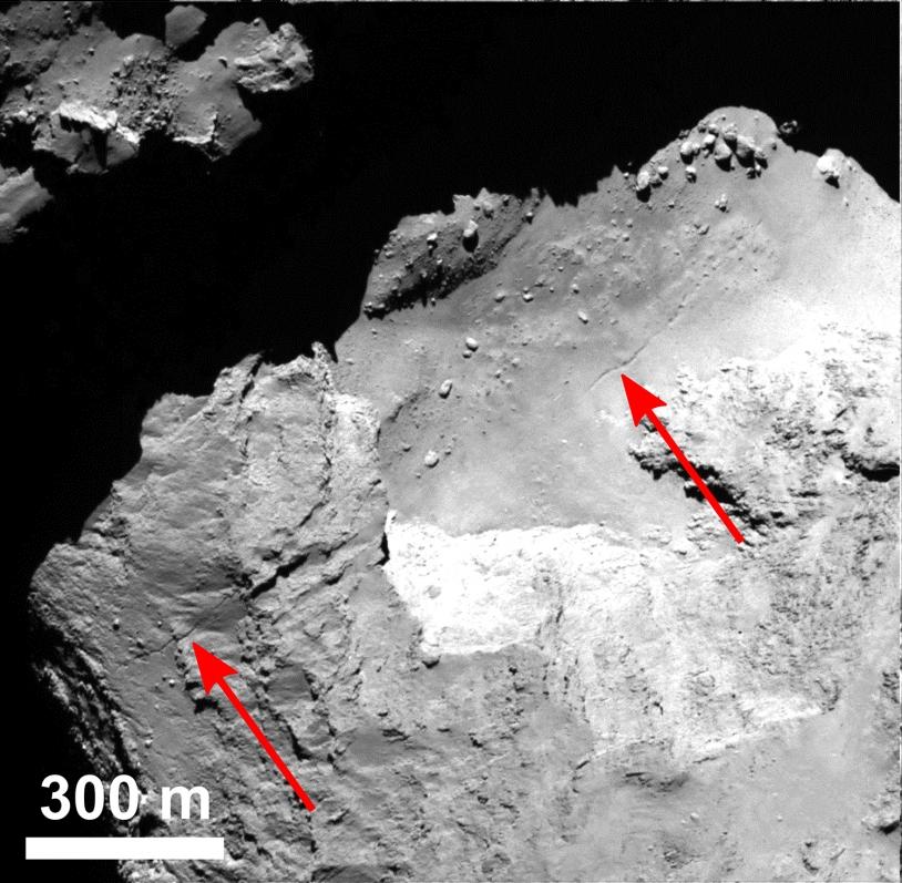 Des petits d'effondrements semblent se produire le long de la faille qui traverse la région du cou (Hapi) sur plusieurs centaines de mètres. Crédits : ESA/Rosetta/MPS for OSIRIS Team MPS/UPD/LAM/IAA/SSO/INTA/UPM/DASP/IDA.