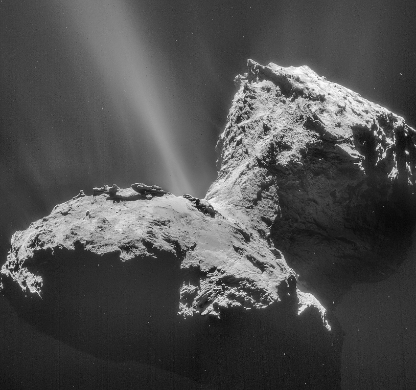 Mosaïque de 4 images du noyau de 67P obtenues avec la caméra de navigation de Rosetta le 31 janvier 2015 à 28 km de distance (résolution 2,4 m/pixel) ; contraste augmenté pour mettre en valeur le jet. Crédits : ESA/Rosetta/NAVCAM – CC BY-SA IG...