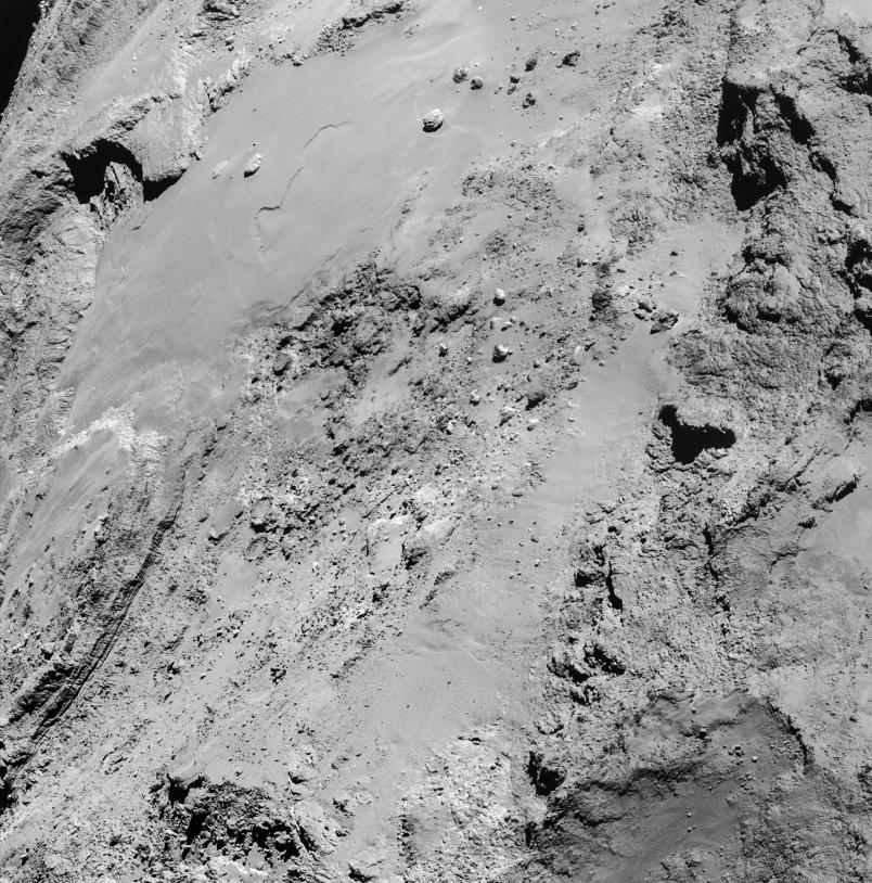 Mosaïque des 4 images réalisées par la NavCam de Rosetta, le 14 février 2015 à 14h15 TU, à 8,9 km de la surface (région d'Imhotep) ; résolution de 76 cm/pixel. Crédits : ESA/Rosetta/NAVCAM – CC BY-SA IGO 3.0.