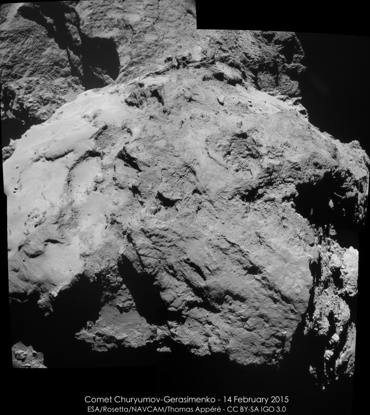 Mosaïque des 4 images réalisées par la NavCam, le 14 février 2015 à 10h15 TU, à 12,6 km de distance du centre du noyau ; résolution de 1,1 m/pixel. Le grand lobe est au premier plan. Crédits : ESA/Rosetta/NAVCAM/Thomas Appéré – CC BY-SA IG...