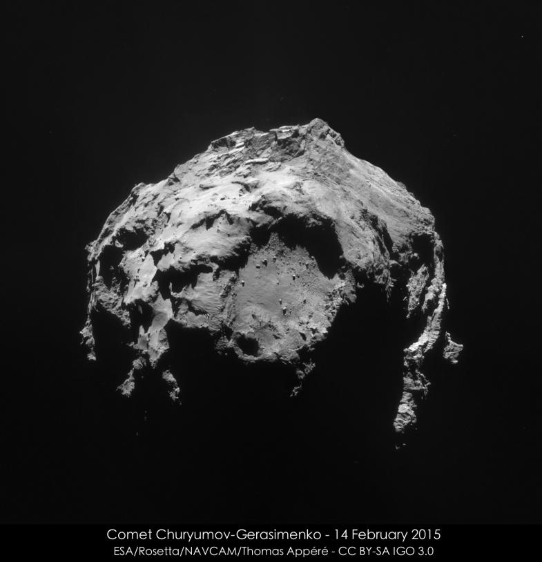 Mosaïque des 4 images réalisées par la NavCam de Rosetta, le 14 février 2015 à 4h32 TU, à 35 km de distance du centre du noyau ; résolution de 3 m/pixel. Le petit lobe est au premier plan. Crédits : ESA/Rosetta/NAVCAM/Thomas Appéré – CC BY...