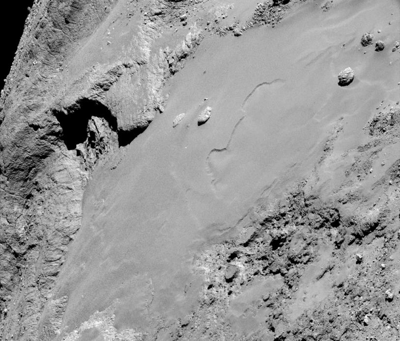 Portion de l'une des images obtenues avec la caméra de navigation de Rosetta le 14 février 2015 à près de 8 700 m de la surface de la région d'Imhotep (grand lobe) ; résolution de 74 cm/pixel. Crédits : ESA/Rosetta/NAVCAM – CC BY-SA IGO 3.0.