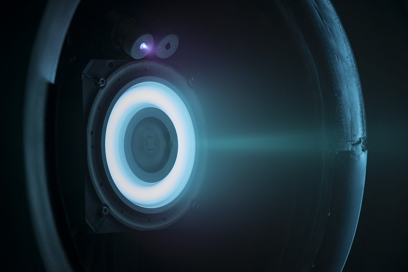 Le propulseur à plasma : propulseur stationnaire PPS 1350-G utilisé pour le contrôle d'orbite et le transfert d'orbite des satellites et des sondes spatiales. Crédits : Eric Drouin/Snecma/Safran.