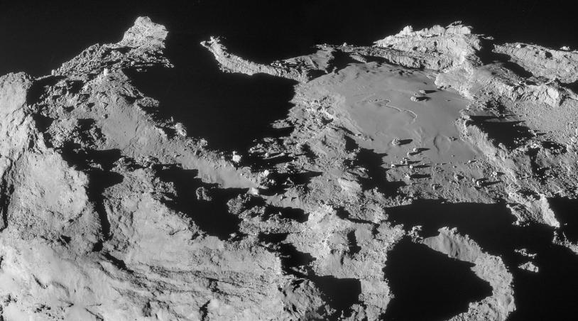 Montage de 2 images de la frontière des régions Ash et Imhotep sur le grand lobe, prises par la caméra de navigation de Rosetta à 19,9 km du centre du noyau, le 28 mars 2015 ; résolution de 1,7 m/pixel. Crédits :  ESA/Rosetta/NavCam – CC BY-SA...