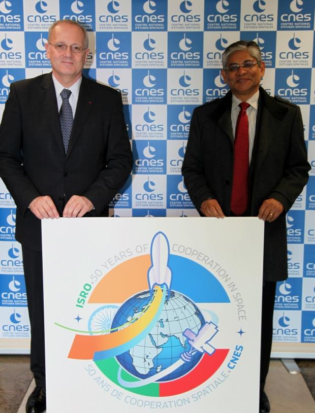 Jean-Yves Le Gall, président du CNES et son excellence Arun K. Singh, ambassadeur d'Inde à Paris au siège du CNES, le 7 avril 2015. Crédits : CNES/S. Charrier.